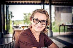 Kvinnasammanträde i ett tropiskt kafé på bakgrunden av en risterrass av den Bali ön, Indonesien fotografering för bildbyråer