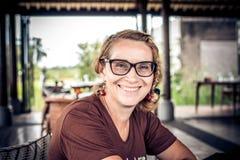 Kvinnasammanträde i ett tropiskt kafé på bakgrunden av en risterrass av den Bali ön, Indonesien arkivbilder