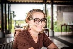 Kvinnasammanträde i ett tropiskt kafé på bakgrunden av en risterrass av den Bali ön, Indonesien royaltyfria foton