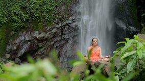 Kvinnasammanträde i meditation stock video