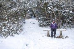 Kvinnasammanträde i snön Royaltyfri Bild