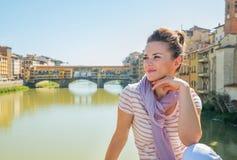 Kvinnasammanträde på bron som förbiser pontevecchio Royaltyfria Foton