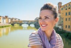 Kvinnasammanträde på bron som förbiser pontevecchio Arkivbilder