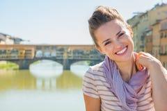 Kvinnasammanträde på bron som förbiser pontevecchio Fotografering för Bildbyråer