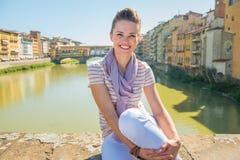 Kvinnasammanträde på bron som förbiser pontevecchio Arkivfoton
