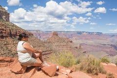 Kvinnasammanträde på den ljusa Angel Trail Arkivbilder