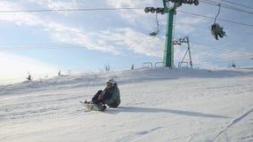 Kvinnasammanträde på en lutning bär snowboarden i slowmotion 1920x1080 lager videofilmer
