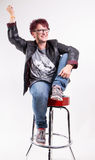 Kvinnasammanträde på en stångstol Fotografering för Bildbyråer