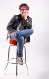 Kvinnasammanträde på en stångstol för gammal skola Royaltyfri Foto