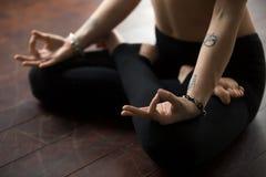 Kvinnasammanträde på golv i Lotus poserar, danandemudragesten Arkivfoton