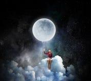 Kvinnasammanträde på molnet Blandat massmedia Royaltyfri Fotografi