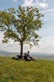 Kvinnasammanträde på sommarkullen nära Liptovsky Trnovec, Slovakien royaltyfria foton