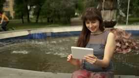 Kvinnasammanträde vid springbrunnen med minnestavlan arkivfilmer
