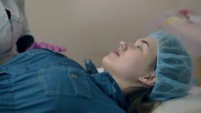 Kvinnasamtal med cosmetologisten, innan att tatuera f?r kr?n arkivfilmer