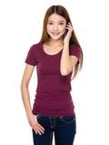 Kvinnasamtal till mobiltelefonen Arkivbild