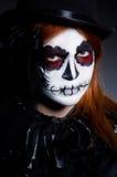 Kvinnasatana i halloween Arkivfoton