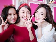 Kvinnaselfie för tre skönhet lyckligt arkivfoton