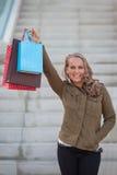 Kvinnashoppare med shoppingpåsar fotografering för bildbyråer