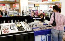 Kvinnashopping för skönhetsmedel på supermarketen arkivfoton