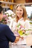 Kvinnashopping i blomsterhandlare royaltyfri fotografi
