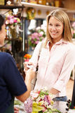 Kvinnashopping i blomsterhandlare Arkivbild