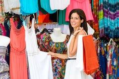 Kvinnashopping i gatasommarmarknad Fotografering för Bildbyråer