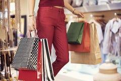 Kvinnashopping med påsen i boutique Royaltyfri Bild