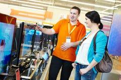 Kvinnashopping på elektroniksupermarket Fotografering för Bildbyråer