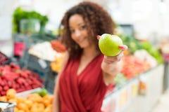 Kvinnashoppingfrukter royaltyfri foto