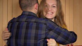 Kvinnashow som älskar den positiva graviditetstestet och kramen för man med positiva sinnesrörelser arkivfilmer