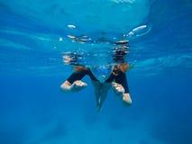 Kvinnasimning i blått vatten Härlig kvinna under vatten för dyk till korallreven arkivbilder