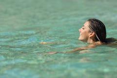Kvinnasimning i ett tropiskt hav på ferier arkivfoto