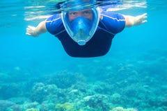 Kvinnasimning i turkosblåtthavsvatten tropiskt bakgrundshav Fotografering för Bildbyråer