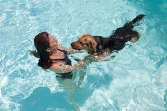 Kvinnasimning med hunden Fotografering för Bildbyråer
