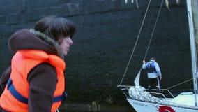 Kvinnasjöman som arbetar på däck av fartyget, yacht, vattentransport lager videofilmer