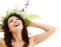 Kvinnaskönhet med sommarblommor royaltyfri foto