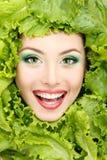 Kvinnaskönhetframsida med gröna nya grönsallatsidor Royaltyfri Fotografi
