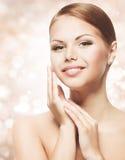 Kvinnaskönhetframsida med naturlig makeup, ny hudomsorg för rengöring Royaltyfria Foton