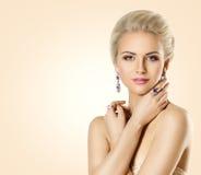 Kvinnaskönhetframsida och smycken, härlig modemodell Makeup arkivfoto