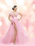 Kvinnaskönhetstående i rosa färgklänning med Sakura Flower, asiat Fotografering för Bildbyråer
