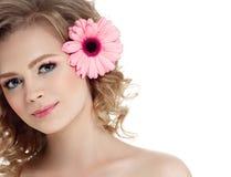 Kvinnaskönhetstående med lägre i lockigt blont hår för hår som isoleras på vit royaltyfri foto