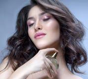 Kvinnaskönhetstående med parfume royaltyfri foto