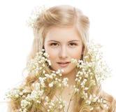 Kvinnaskönhetstående, ung flickamakeup, blomma och blont hår Arkivbilder