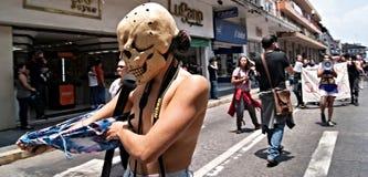 Kvinnaskallen klär av i social protest arkivbilder