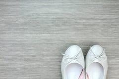 Kvinnaskor, kvinnliga skor för patenterat läder med den snabba banan arkivfoton