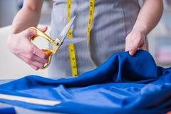 Kvinnaskräddare som arbetar på en klädsömnad som syr mäta fa Royaltyfria Bilder
