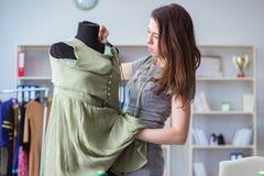 Kvinnaskräddare som arbetar på en klädsömnad som syr mäta fa Royaltyfri Foto