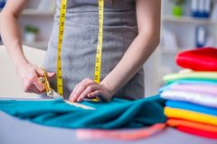 Kvinnaskräddare som arbetar på en klädsömnad som syr mäta fa Royaltyfria Foton