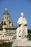 Kvinnaskulptur i centret och sikten av tempelKristus konungen i Messina, Sicilien Fotografering för Bildbyråer