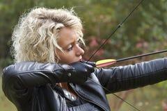 Kvinnaskytte med bowen och pilen Fotografering för Bildbyråer
